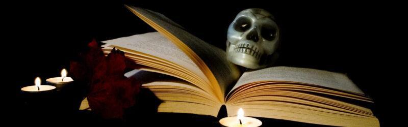 Totenschädel und Buch