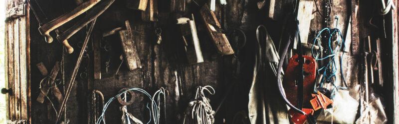 Werkzeuge in einer alten Hütte