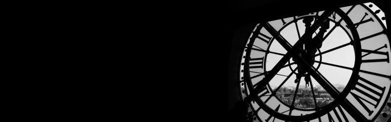 Turmuhr in schwarz-weiß