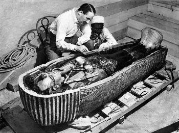 Howard Carter am Sarkophag des Tutanchamun