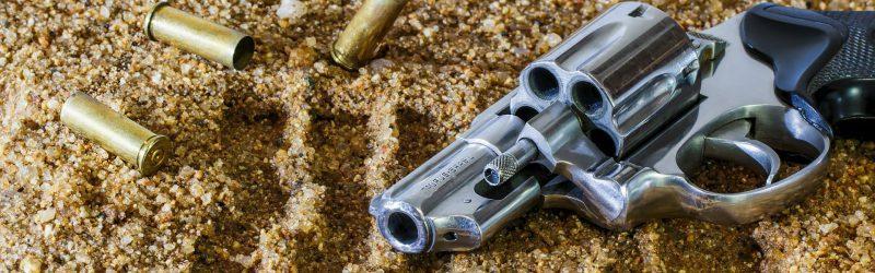 Revolver im Sand