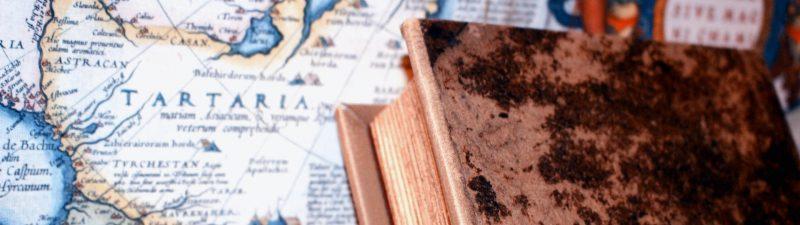 Altes Buch mit Karte